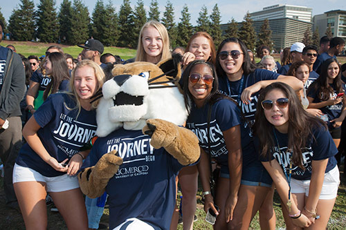 Rufus the mascot with UC Merced students